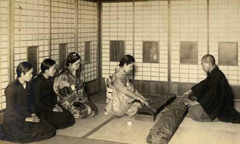 postura seiza para meditar con un banco de meditación