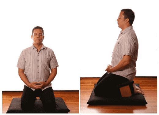 postura seiza con banco de meditación