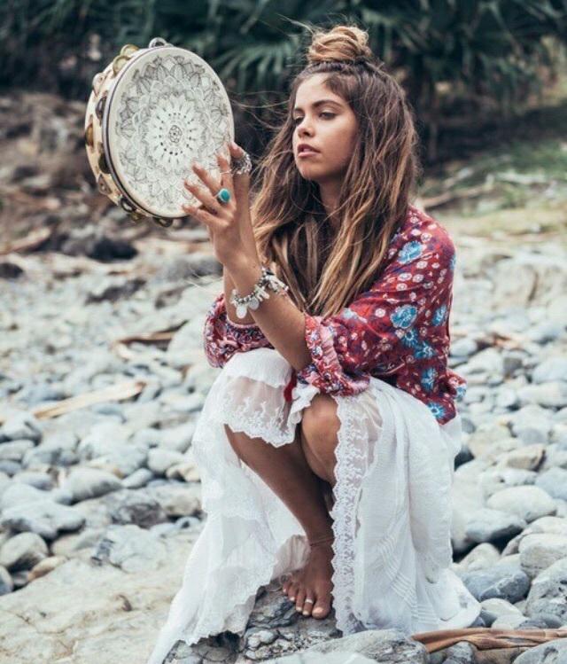 joven vestida con ropa hippie