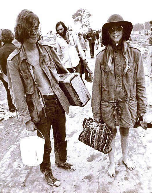 Jóvenes hippies vestidos con ropa militar