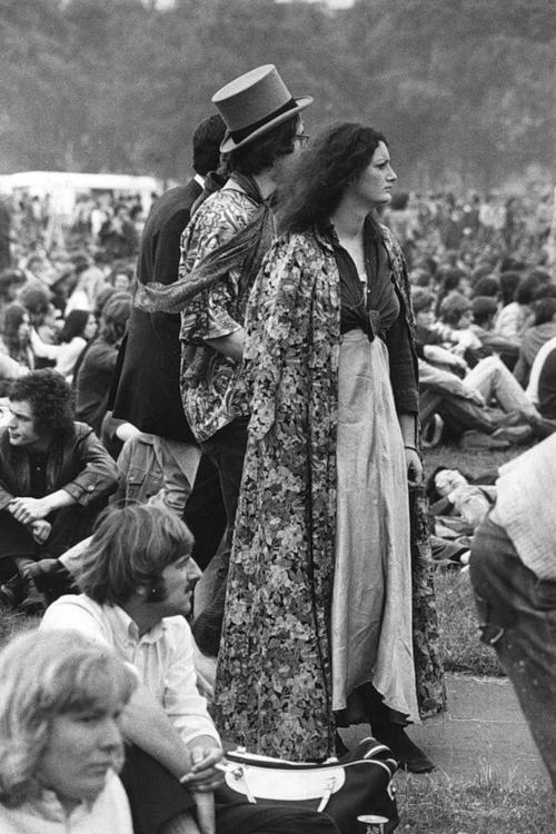 Hippies vistiendo ropa reciclada
